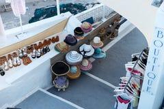 Butike im Freien für Schuhe, Hüte, Kleider und Hemden stockbilder