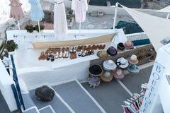 Butike im Freien für Schuhe, Hüte, Kleider und Hemden lizenzfreies stockfoto
