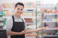 Butiksinnehavare i en livsmedelsbutik arkivfoto