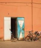 Butiksinnehavare med cykeln arkivbild