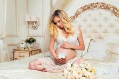 Butins de bébé sur le fond du ventre Attente de la chéri Photos stock