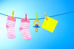 Butins de chéri, raccord et carte jaune sur le bleu images stock