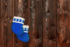 Butins fabriqués à la main bleus de bébé de crochet sur le fond en bois, copyspace Photo stock