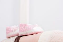 Butins roses pour le bébé nouveau-né Grossesse Photo libre de droits