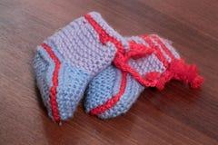Butins tricotés de bleus layette Photo libre de droits