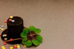Butla, confetti i szczęsliwa koniczyna, Zdjęcie Royalty Free