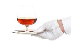 Butler, das ein Glas Alkohol dient Lizenzfreie Stockfotografie