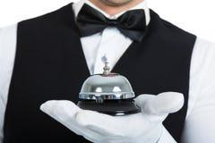 Butler, das Service-Glocke hält Stockfoto