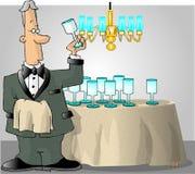 Butler, der die Glaswaren überprüft Stockfoto