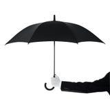 Butler, der einen Regenschirm anhält Stockfoto