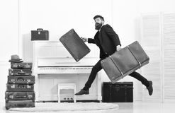Butler e concetto di servizio L'uomo con la barba ed i baffi in vestito consegna i bagagli, fondo interno bianco di lusso fotografia stock