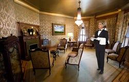 Butler eller uppassare Staff i viktoriansk herrgårdmottagningsrum Arkivbilder