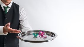 Butler/Kellner hält ein Silbertablett mit Friedensstiftern lizenzfreie stockfotos