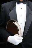 Butler met zilveren dienblad onder zijn wapen Stock Fotografie