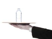 Butler mit Wasser-Flasche auf Tellersegment Lizenzfreies Stockbild