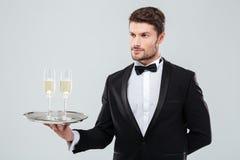 Butler tenant le plateau argenté avec deux verres de champagne Photo libre de droits