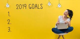 2019 buts avec la femme à l'aide d'un ordinateur portable images stock