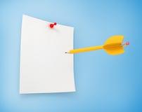 Buts créatifs de vente de cible et d'affaires avec un crayon jaune Images libres de droits