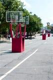 Buts de basket-ball installés sur la rue de ville pour le tournoi extérieur Photographie stock