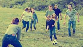 Buts de marquage de famille amicale et heureuse images libres de droits