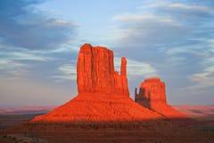 Butte au coucher du soleil en vallée de monument Photo stock