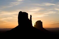 Butte au lever de soleil en vallée de monument Photographie stock