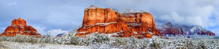 Butte de tribunal et roche de Bell sous la neige Photos stock