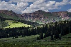 Butte-Fokus mit Haube auf der Sonne, die untergeht und auf Berg beleuchtet Stockfotos