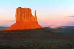 Butte van de het westenvuisthandschoen in het Stammenpark van Navajo van de Monumentenvallei bij s stock afbeeldingen