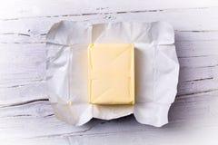 Butter in der offenen Verpackung Lizenzfreie Stockfotos
