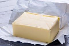 Butter in der offenen Verpackung Lizenzfreies Stockfoto