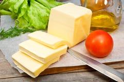 Butter im Pergamentpapier und dem Gemüse Lizenzfreie Stockfotografie