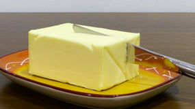 Butter mit Messer Stockbild