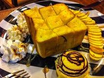 Butter röstete mit Eiscreme und Banane auf der Platte Lizenzfreies Stockfoto