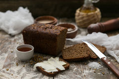 Butter und Brot zum Frühstück über rustikalem hölzernem Hintergrund Lizenzfreies Stockbild