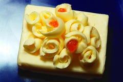 Butter und roter Kaviar auf Blau Stockbild