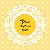 Butterblume-Spitze-Feld mit Polka-Punkt-Hintergrund Stockfotos