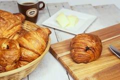 Buttercake用葡萄干和新月形面包 免版税库存照片
