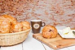 Buttercake用葡萄干和新月形面包 免版税库存图片