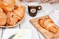 Buttercake用葡萄干和新月形面包 库存图片