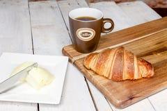 Buttercake用葡萄干和新月形面包 免版税图库摄影
