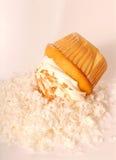 buttercream金黄椰子的杯形蛋糕 库存图片