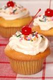 buttercream cupcakes χρυσός ψεκάζει Στοκ φωτογραφία με δικαίωμα ελεύθερης χρήσης