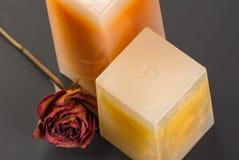 Buttercream vanila,草莓闻了蜡烛。 免版税图库摄影