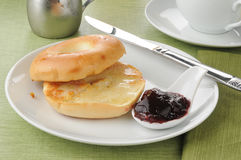 Free Buttered Bagel With Jam Royalty Free Stock Photography - 25837627