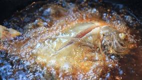 Butterfish que frita no óleo quente. video estoque