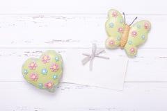 Butterfliy décoratif, coeur et Empty tag sur le Ba en bois de vintage Photo libre de droits