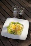 Butterhead grönsallat med majs i platta med salt och peppar royaltyfria foton