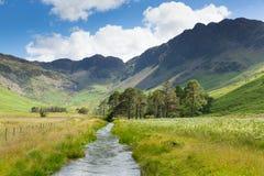 从Buttermere英国Cumbrian湖区的干草堆山从Peggys桥梁 库存照片