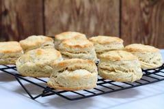 Buttermilch-Kekse auf einem abkühlenden Gestell Stockfotos
